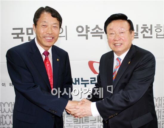 새누리당 광주시당 위원장으로 선임된 김윤세 북구을 당협위원장(왼쪽)이 이정재 위원장으로부터 축하 악수를 받고 있다.