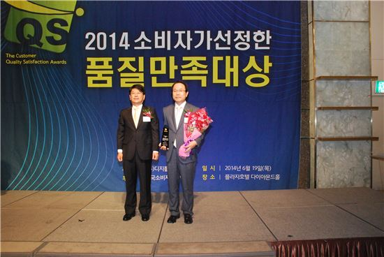 부산은행은 19일 ㈜디지틀조선일보가 주최한 '2014 소비자가 선정한 품질만족대상' 금융소비자보호 부문에서 대상을 수상했다. 사진 오른쪽 정충교 부산은행 본부장.
