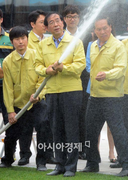 [포토]소화전 체험하는 박원순 서울시장
