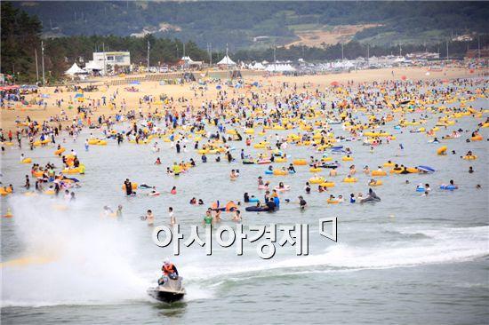 지난해 관광객들이 북적되는 완도신지명사십리 해수욕장.