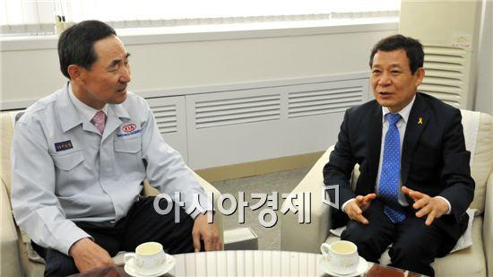 윤장현 광주시장 당선인(오른쪽)이 이삼웅 기아차 사장과 대화를 하고 있다.
