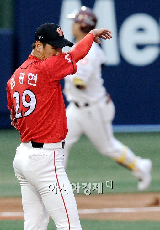 [포토]김광현,'선제 투런포를 허용하다니'