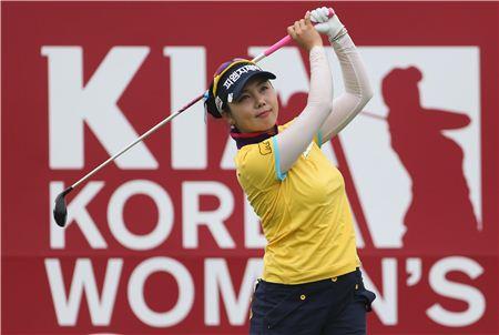 임지나가 한국여자오픈 둘째날 9번홀에서 티 샷한 공을 바라보고 있다. 사진=KLPGA제공