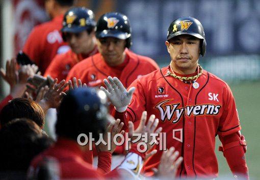 [포토]김강민,'스리런 홈런으로 경기 뒤집었어!'