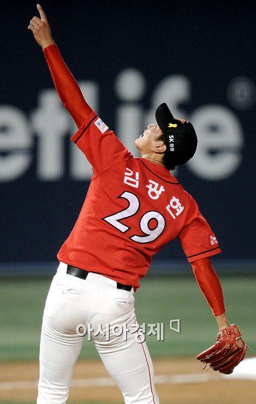 [포토]김광현,'저 볼을 잡아줘!'