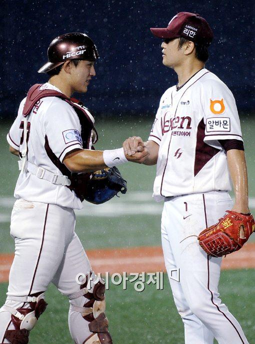 [포토]박동원-손승락,'우리가 승리를 지켰어!'
