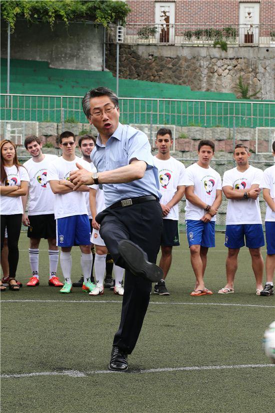 김영종 종로구청장이 22일 오전 10시 대신고등학교 (사직로 9)에서 열린  '브라질 월드컵 기념 한국-브라질 학생 친선 축구 경기'에 참석해 경기에 앞서 시축하고 있다.