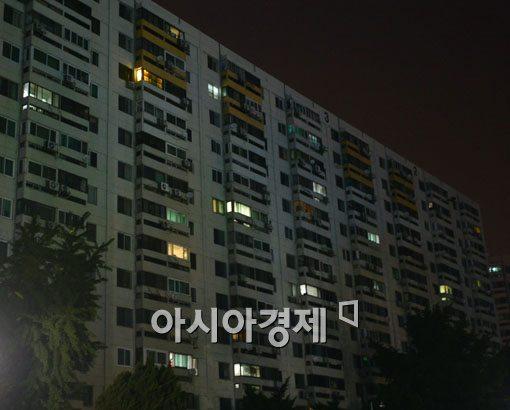 ▲ 2014 브라질 월드컵 '한국 대 알제리' 경기가 열린 23일 오전 서울의 한 아파트 단지 모습. 드문드문 불이 켜져 있다.