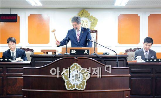 양규모 함평군의회 의장이 회의를 진행하고 있는 모습.