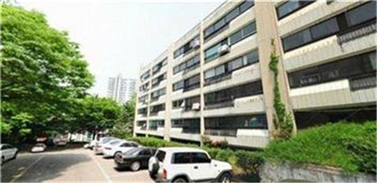 현재 재건축을 추진 중인 서울시내 한 아파트 단지 전경 /