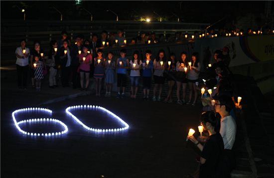 2013년 7월, 성북구 미아리고개 구름다리에서 열린 '정전협정 60주년 미아리고개 추모.평화의 밤'촛불 퍼포먼스 모습