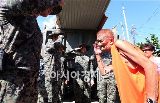 필리핀 레이테주 타클로반시에서 아라우부대 장병들이  복구작업에 앞서 한국전 참전용사인 도밍고 라가스(88)씨에게 거수경례를 하고 있다. (사진=필리핀 타클로반 사진공동취재단)