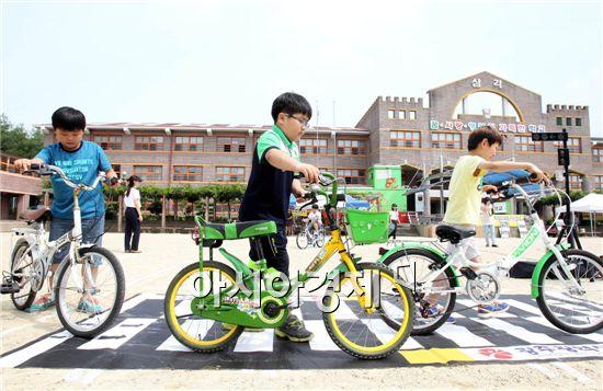 안전한 자전거 이용법을 배우고 있는 초등학생들.