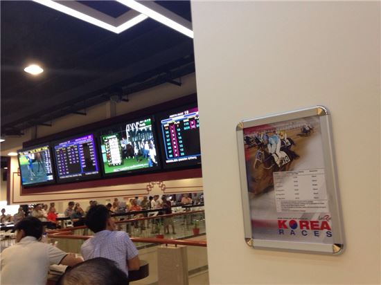 ▲한국마사회의 경주 실황이 싱가포르터프클럽에서 위성생중계 되고 있는 모습. (사진 : 마사회)