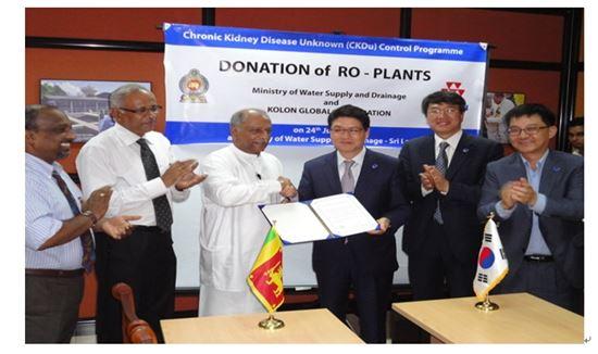 윤창운 코오롱글로벌 대표이사가 스리랑카 상하수도부 Dinesh Gunawardana장관과 협약식을 체결하고 있다
