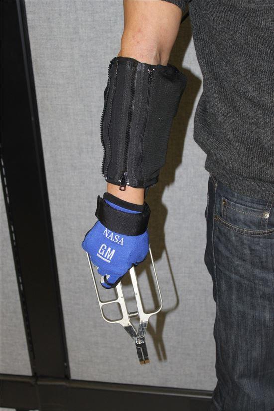 ▲팔에 착용해 강한 힘을 낼 수 있는 로보글러브.[사진제공=NASA]