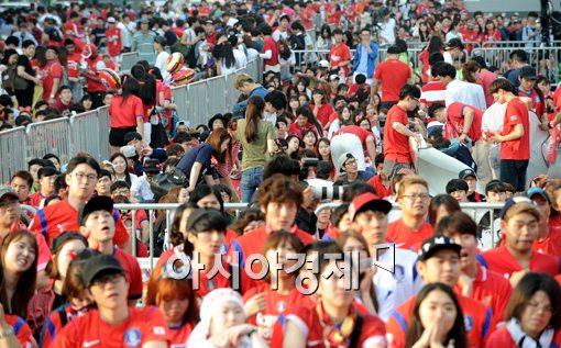[포토]경기 도중 자리를 뜨는 응원단