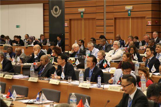 '제123/124차 세계관세기구(WCO) 총회'에 참석한 백운찬 관세청장이 세계관세행정의 주요 현안 및 정책방향에 관한 발언을 듣고 있다.