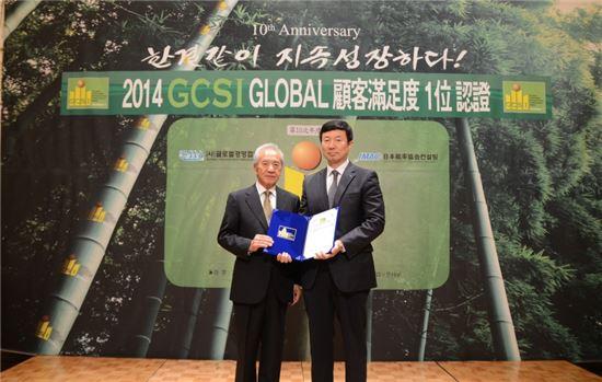 대한항공은 26일 일본 나고야에서 일본능률협회컨설팅 주관으로 열린 '2014 글로벌고객만족도(GCSI) 조사'에서 항공여객운송서비스 부문 1위를 10년 연속 수상했다. 아키야마 모리요시 일본능률협회컨설팅 회장(왼쪽)이 대한항공 문지영 상무(오른쪽)에게 항공여객운송서비스 부문 1위를 수여하고 있다.