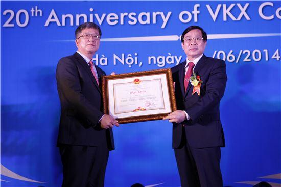 (왼쪽부터)이건 에릭슨엘지 COO, 응위옌 박 선 베트남 정보통신부 장관
