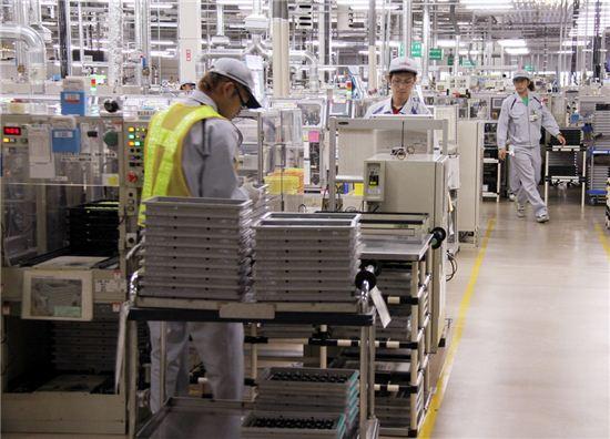 일본 자동차부품업체인 덴소의 공장에서 버스에 들어갈 가속 센서를 만들고 있다. 사진=블룸버그