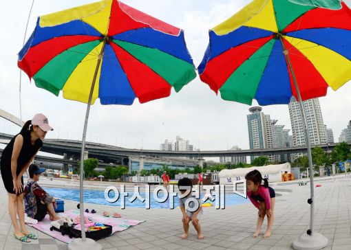 [포토]한강 야외수영장 개장, 준비운동하는 어린이들