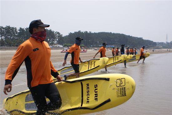 만리포해수욕장의 물놀이 안전관리 훈련을 하고 있는 태안소방서 수상안전요원들