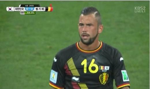 ▲한국벨기에전에서 태극기가 부착된 유니폼을 입고 나온 벨기에 선수들.(사진:KBS캡처)