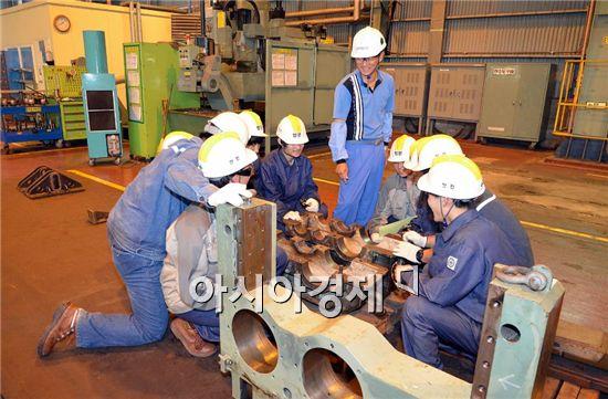 광양제철소는 광양 실업고교 기계과 학생들에게 선반·용접·수리 등 실습교육을 실시했다.