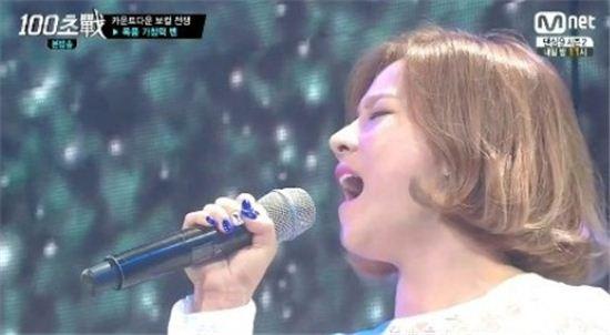 ▲벤이 '잠시만 안녕'을 열창했다.(사진:Mnet '100초전' 방송화면 캡처)