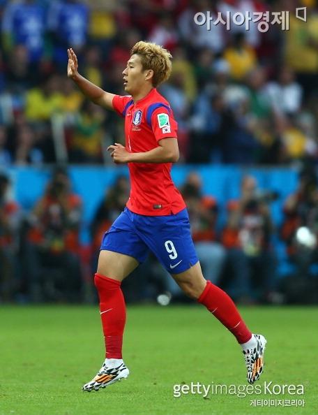 축구선수 손흥민이 경기 도중 상대선수의 거친 태클을 받다가 난투극에 휘말렸다.