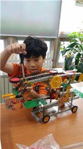 이승현 학생(화성시 한마음초등학교 4학년)이 로봇을 만들고 있다.