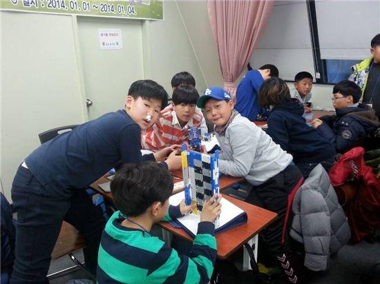 2014년 1월 대전에서 열린 과학영재캠프 때 로봇을 만들고 있는 참가학생들