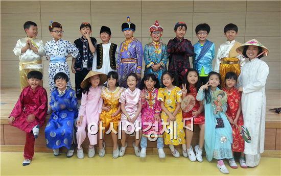 광주시 광산구 다문화이해교육팀이 은빛초등학교(교장 오철진)를 찾았다. 이날 중국, 몽골, 캄보디아 출신 이주여성 4명이 구성한 교육팀은 (사)무지개다문화가족(이사장 석창원)과 함께 수업을 시작했다.