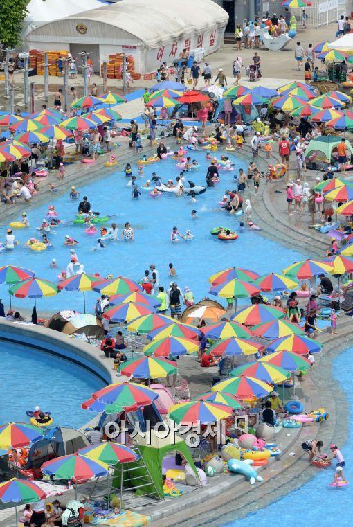 [포토]휴일에 시민들이 몰린 야외수영장