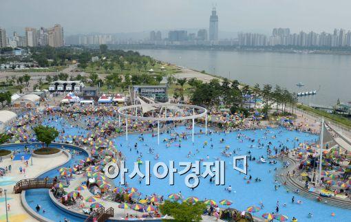 [포토]더위 식히기에는 야외수영장이...