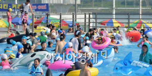 [포토]물놀이 즐기는 시민들