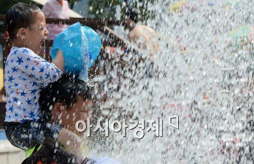 [포토]물놀이 즐기는 어린이