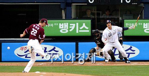 [포토]홍성흔,'잘 맞은 타구가 투수에게 걸리네'