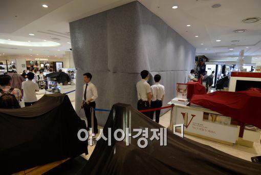 [포토]현대백화점 천호점 천장 붕괴, 가림막으로 가리고 영업 계속?