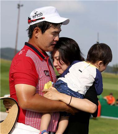 주흥철이 군산CC오픈에서 생애 첫 우승을 일궈낸 뒤 아내와 아들을 끌어안으며 감격의 눈물을 흘리고 있다. 사진=KGT제공