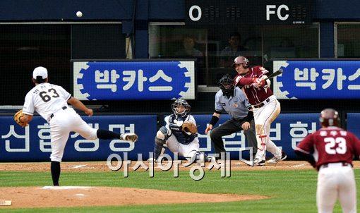 [포토]유한준,'적시타로 1점 더 앞서간다'