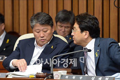 세월호 국정조사 특위 조원진 의원(왼쪽)과 심재철 위원장