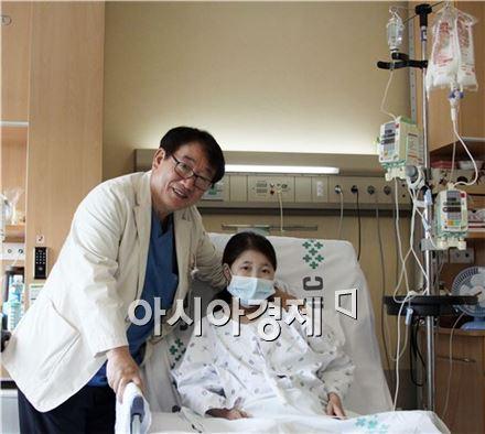 국내 최초로 장간막림프관확장증 소장이식을 받고 건강을 회복한 환자 김 모씨(여, 28세)가 수술을 집도한 서울성모병원 장기이식센터 소장이식팀 이명덕 교수와 함께 기념 촬영을 했다.