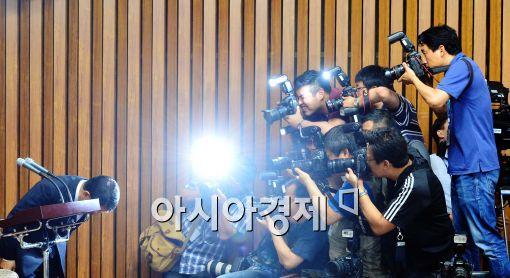 [포토]고개 숙인 김석균 해경청장