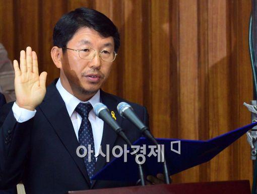 [포토]선서 하는 김석균 해경청장