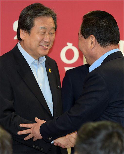 김무성 의원(왼쪽)과 서청원 의원이 5일 새누리당 '공정선거 서약식'에 참석해 서로 악수를 나누고 있다.