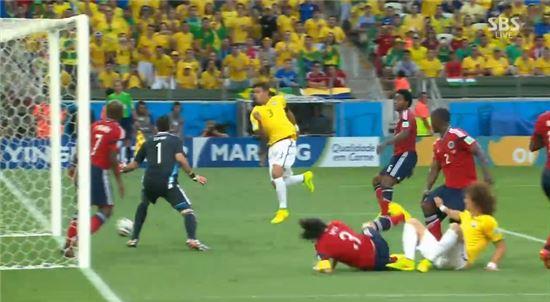 브라질 대표팀의 티아구 실바(30·파리 생제르맹)가 5일(한국시간) 오전 5시 브라질 포르탈레자의 에스타디오 카스텔라오에서 열린 2014 브라질 월드컵 8강전 콜롬비아와의 경기에서 전반 7분 선제골을 넣고 있다./SBS 방송 캡처