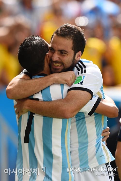 ▲아르헨티나의 준결승 진출을 이끈 곤살로 이과인이 결승골을 넣은 뒤 앙헬 디마리아와 기쁨을 나누고 있다.[사진=Getty Images/멀티비츠]