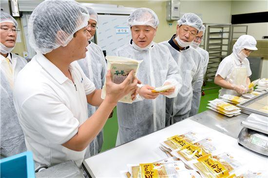 김주하 농협은행장이 지난 6월12일 인천 남동공단에 위치한 농식품 제조기업 '새롬식품'을 직접 방문해 업체 관계자와 함께 생산시설을 둘러보고 있다.